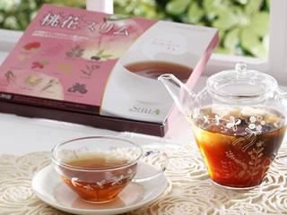 >桃花スリム&#8221; /></p> <p>桃花スリムはごぼう茶をベースにルイボスティー、ローズヒップティーなどを配合し、さらに代謝を上げるショウガやハイビスカスティーなど12種類の厳選素材でできています。</p> <p>これだけ便秘に効く成分が豊富なのに、桃の香りがして飲みやすいので満足度99%以上の人気のあるお茶です。</p> <p>今ならこの桃花スリムが1か月分<strong><span style=