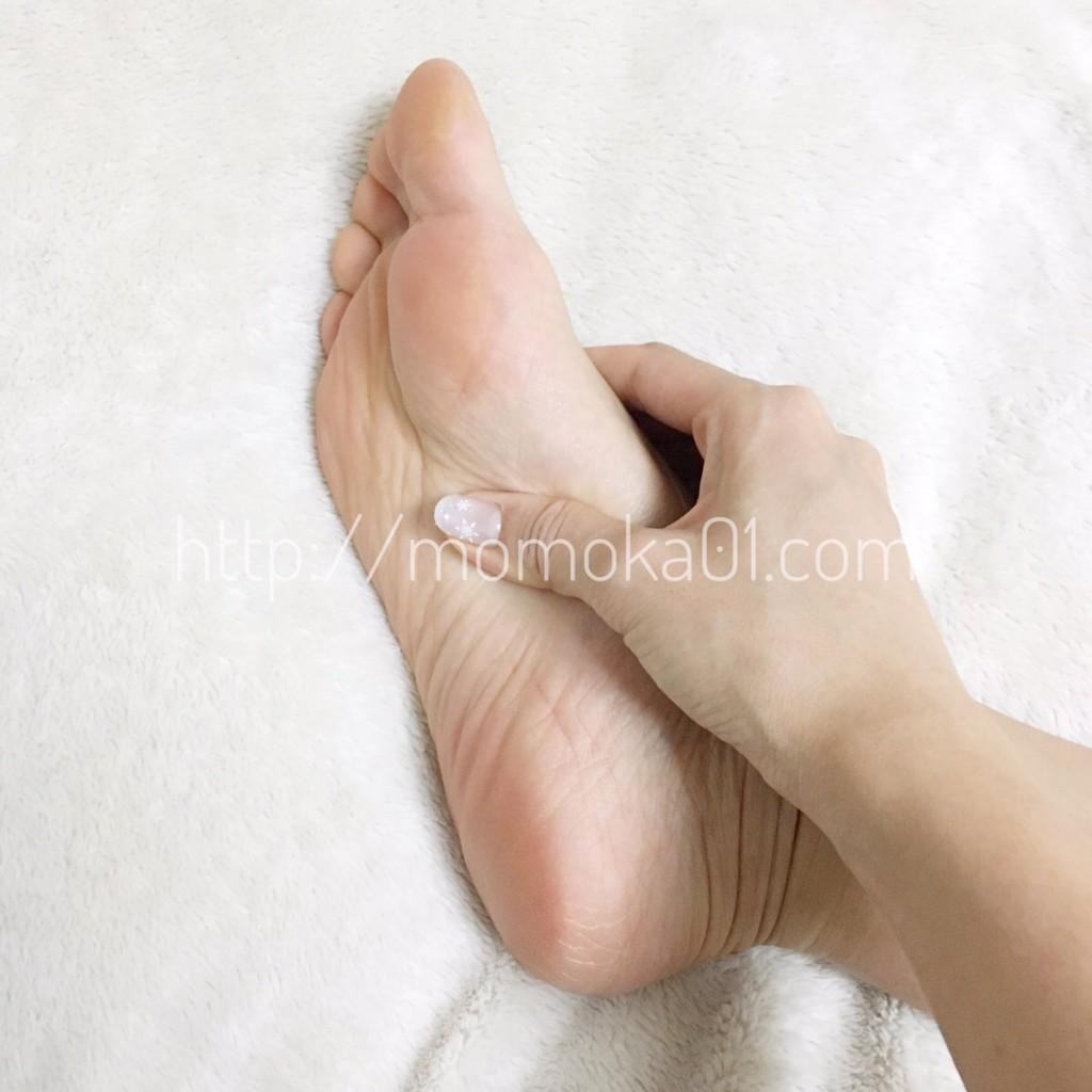 足裏をマッサージ